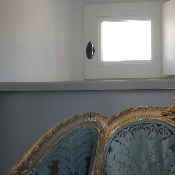 Détail d'une lucarne dans la chambre des comples