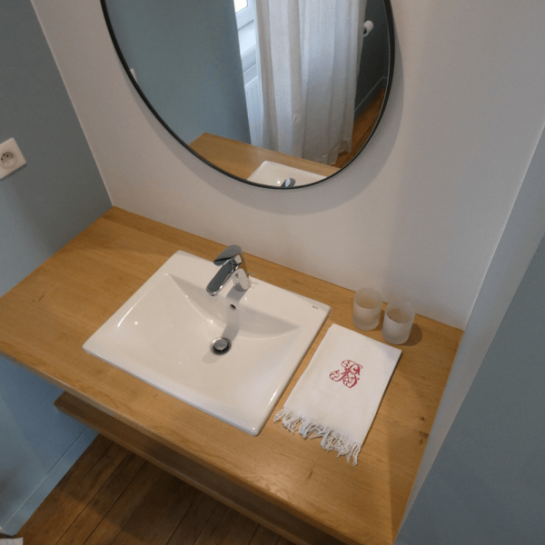 La salle de bain de la chambre bleue