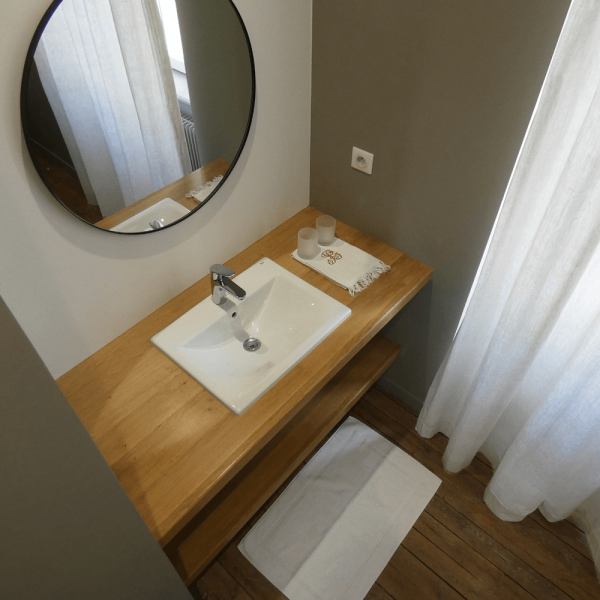 La salle de bain de la chambre jaune